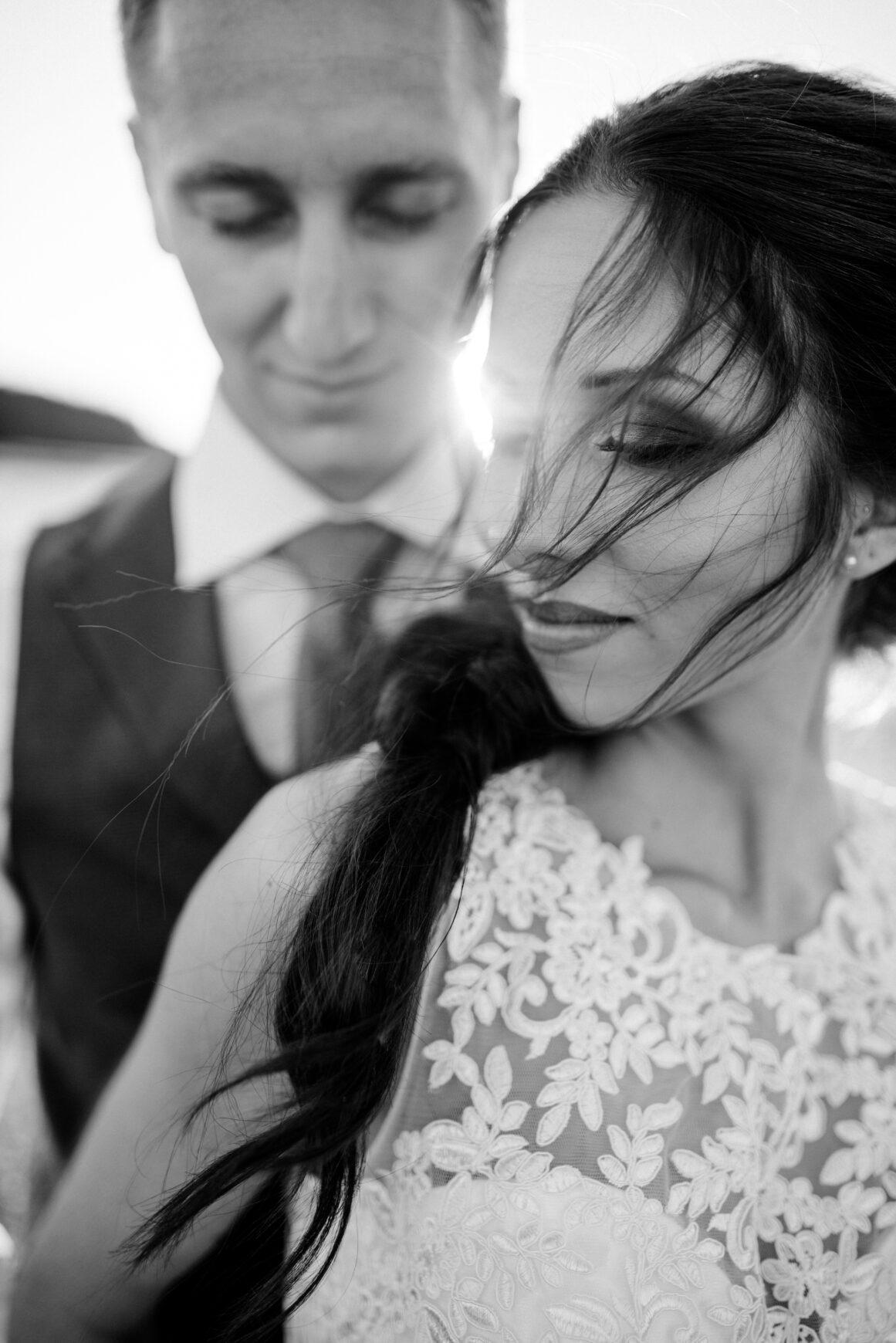 Brautpaar kuschelt bei ihrem After-Wedding Shooting in der Schweiz