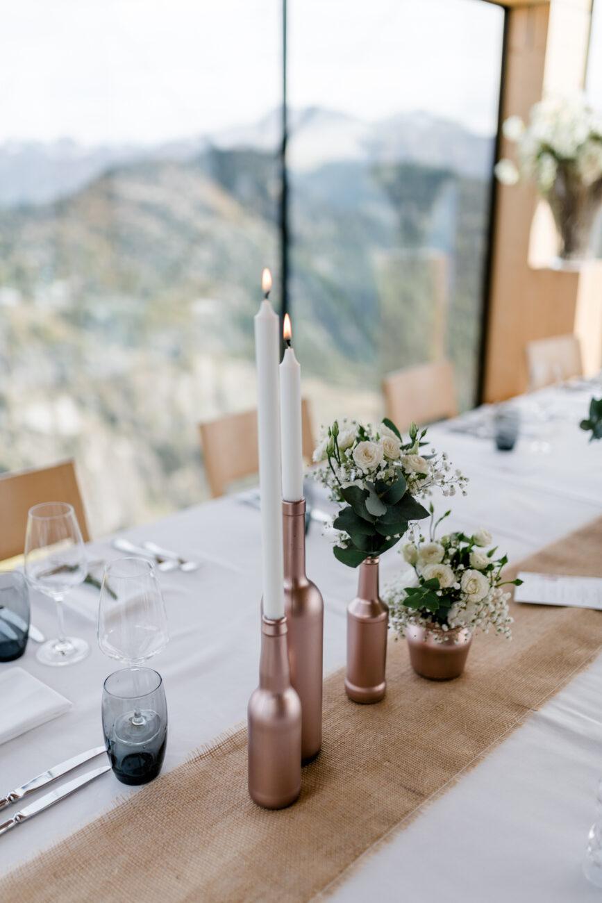 Tischdekoration in der Hochzeitslocation Hotel Belalp bei einer romantischen Berghochzeit auf der Belalp in den Schweizer Bergen
