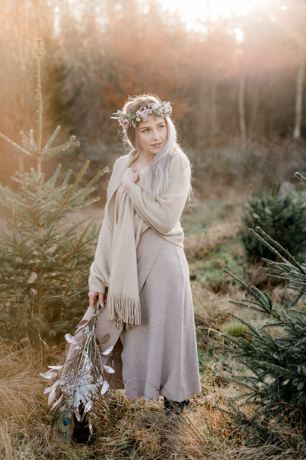 Winterliches Portraitshooting eines Model mit Blumen in den Haaren im Wald in der Schweiz