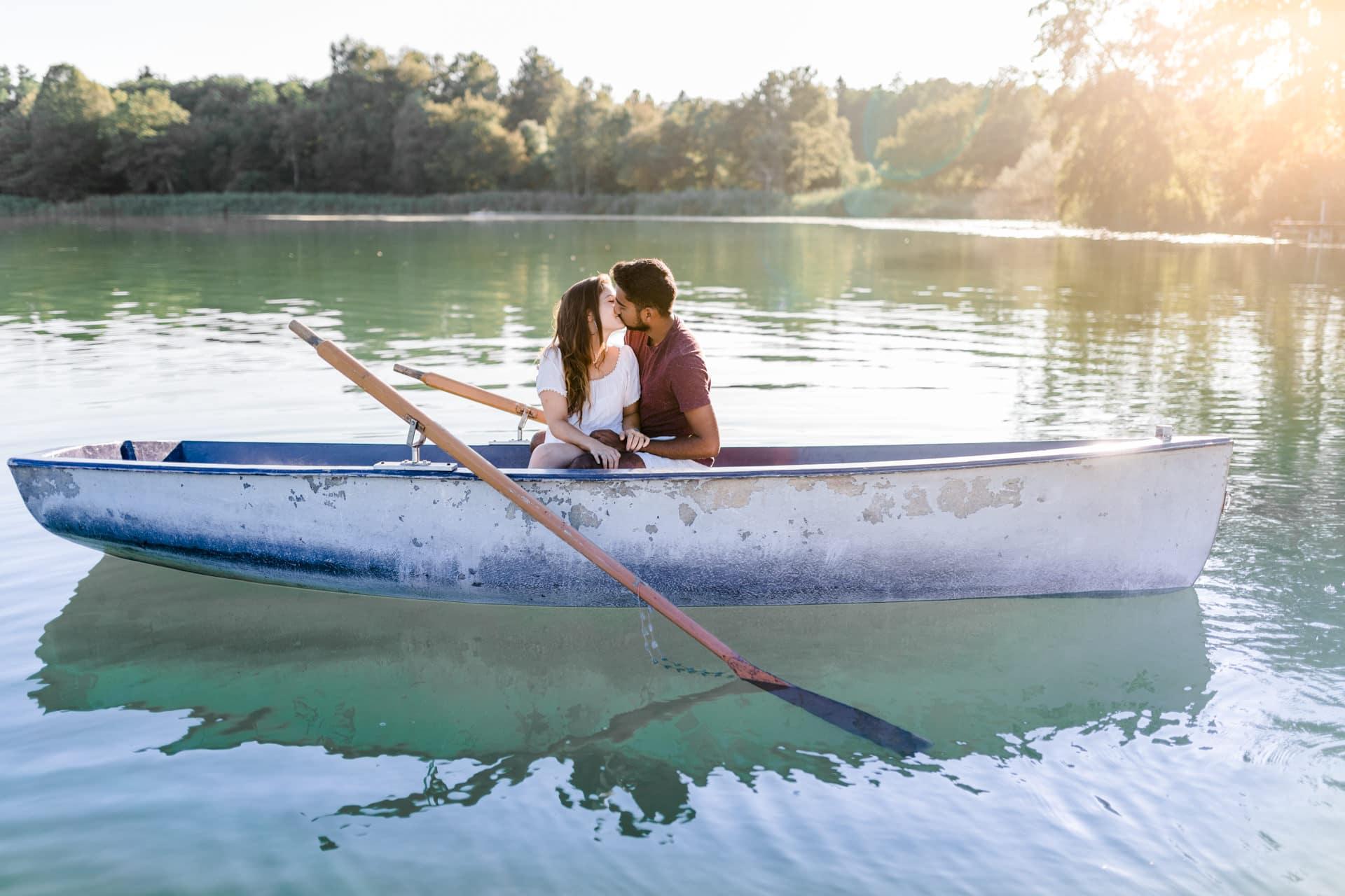 Paarshooting im Sommer in einem See in der Schweiz zum Sonnenuntergang.