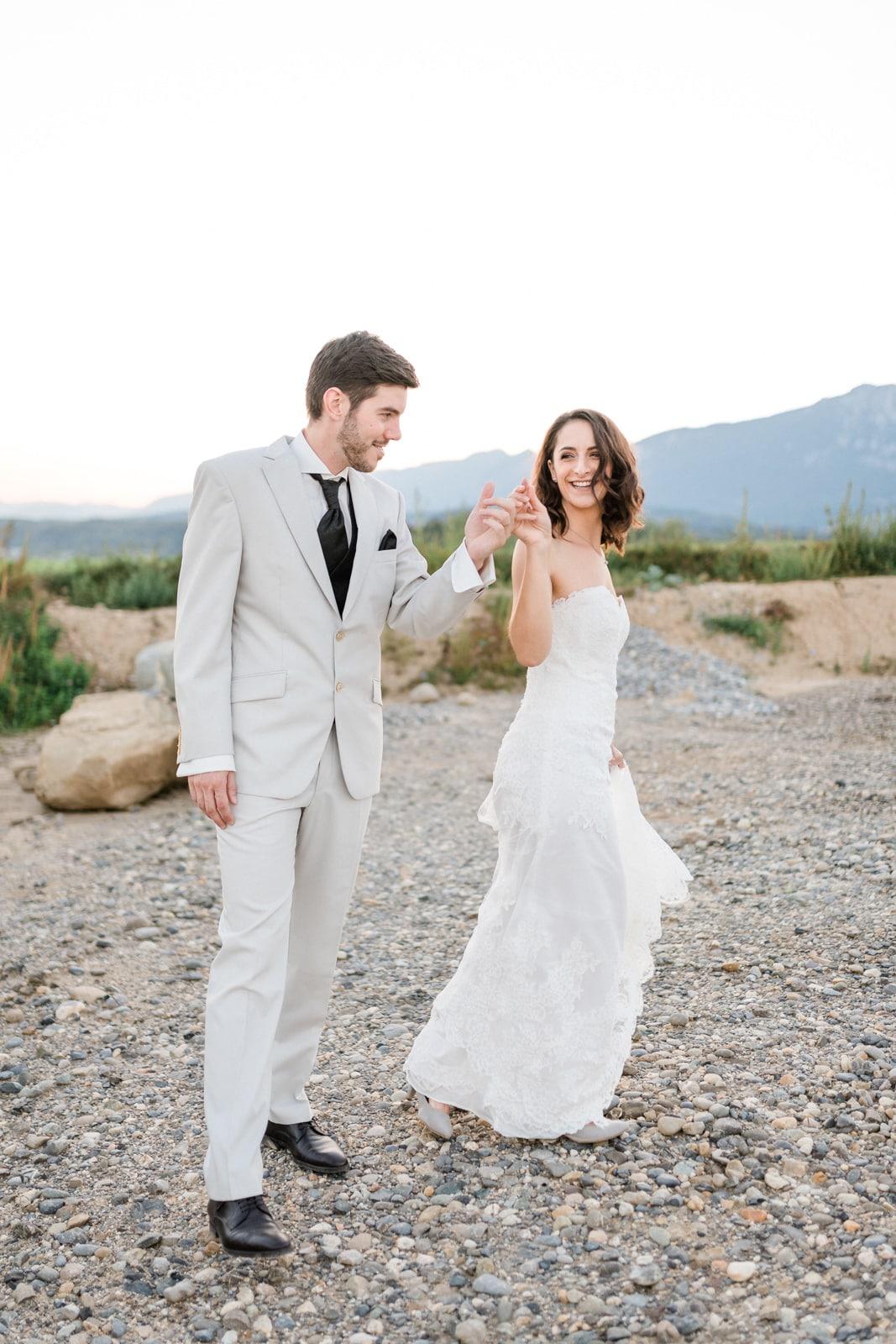 Braut und Bräutigam im Hochzeitskleid und Hochzeitsanzug bei einem After-Wedding Shooting zum Sonnenuntergang nahe Solothurn Schweiz