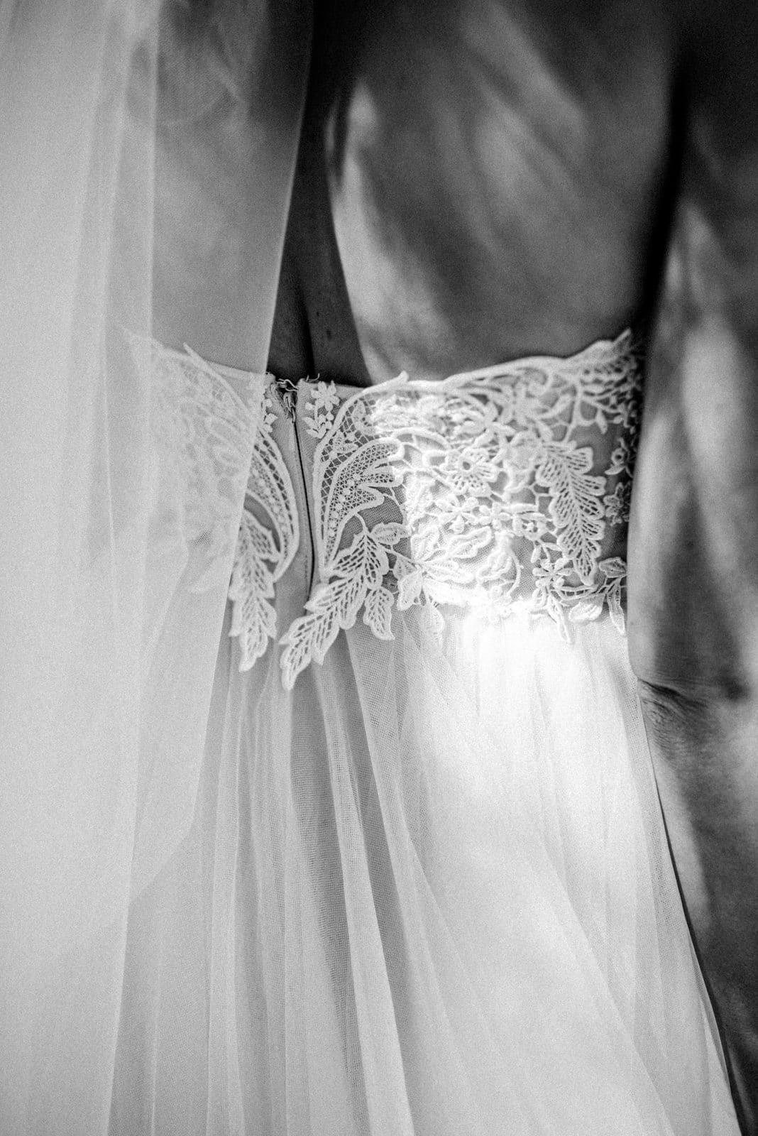 Details des Hochzeitskleides aufgenommen beim Getting Ready am Hochzeitstag