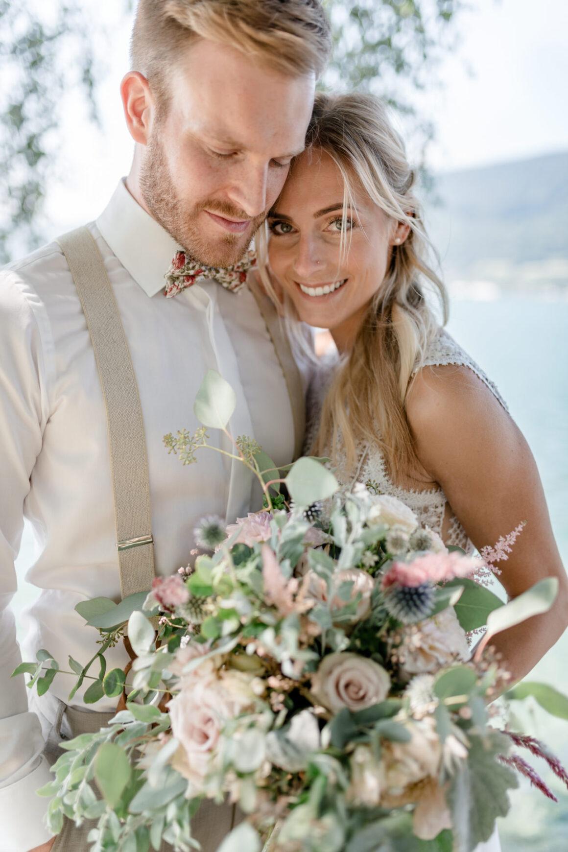Braut und Bräutigam beim First Look bei einer sommerlichen Hochzeit am Bielersee auf dem von Rütte Gut in der Schweiz