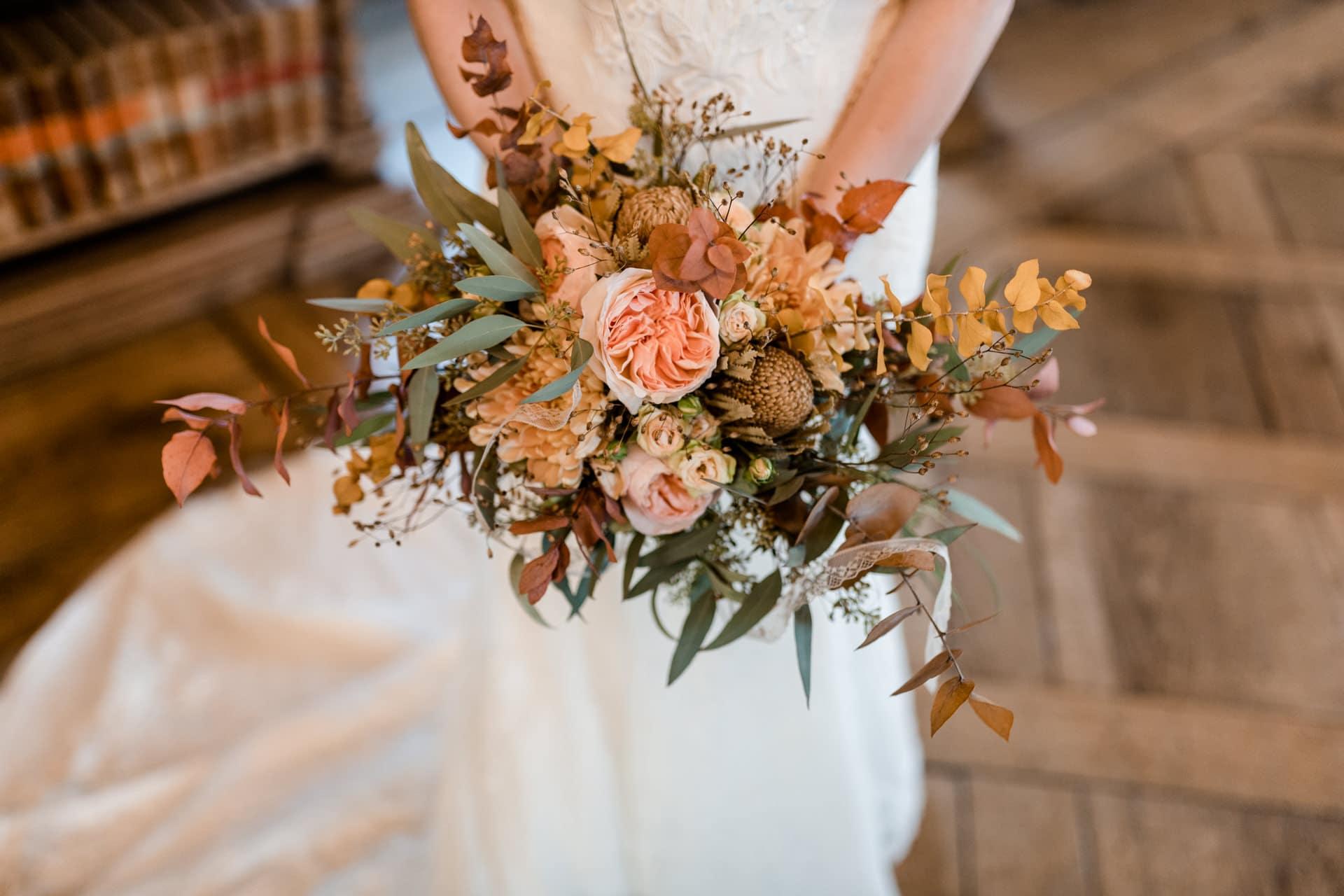 Ramona & Pascal | Braut hält den Hochzeits Bluemstrauss. Hochzeitsreportage, Blumen, Hochzeitsstrauss, Reportage, Hochzeitsfotografin, Hochzeitsfotograf
