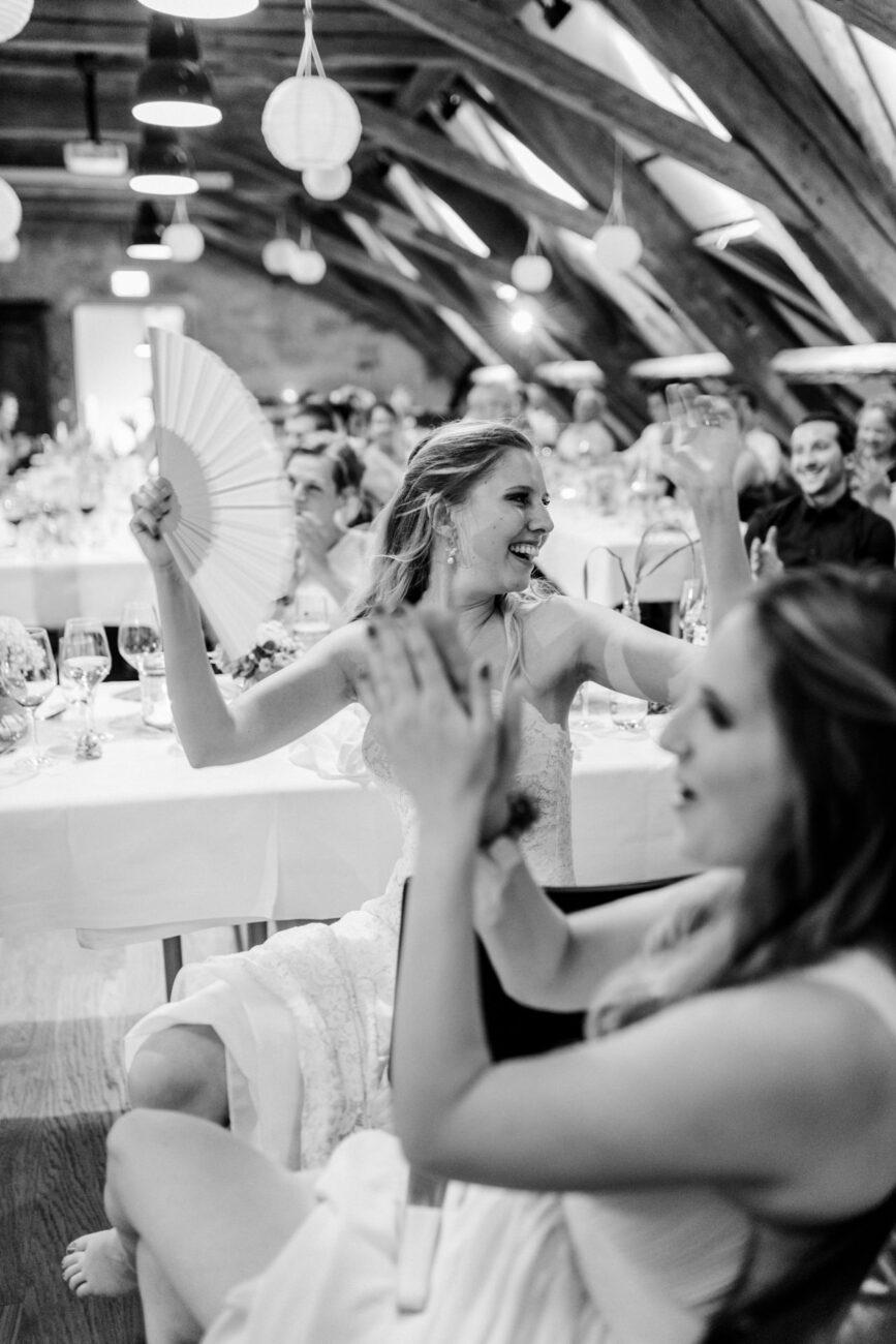 Braut feiert am Abend in der Hochzeitslocation nahe Bern