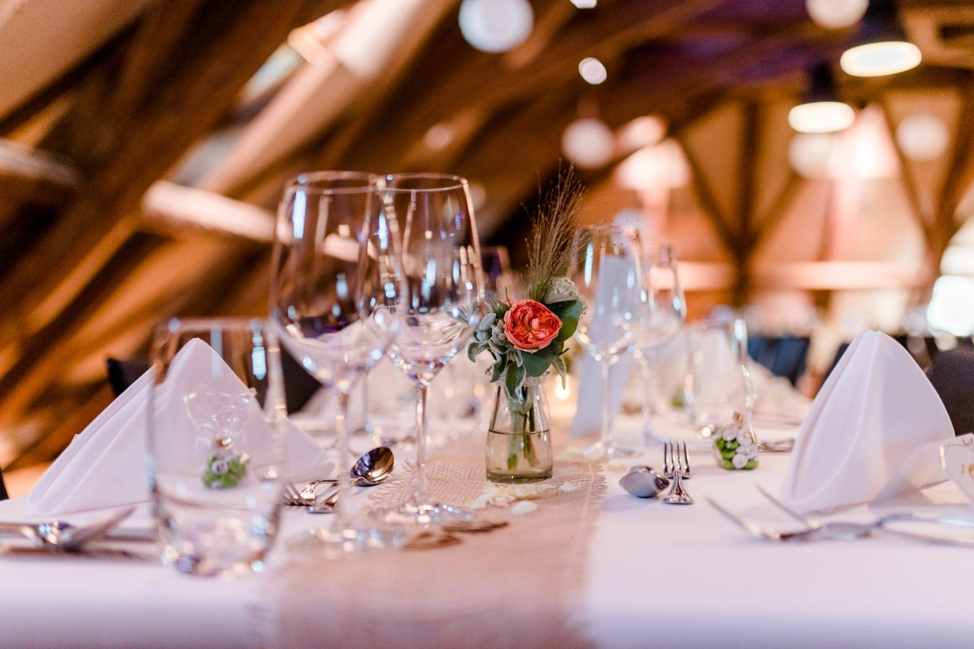Festlich gedeckter Tisch in der Hochzeitslocation nahe Bern